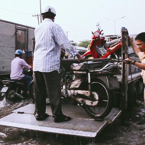 Hành động đẹp: CSGT điều xe công vụ chở dân qua khỏi điểm ngập triều cường ở Sài Gòn