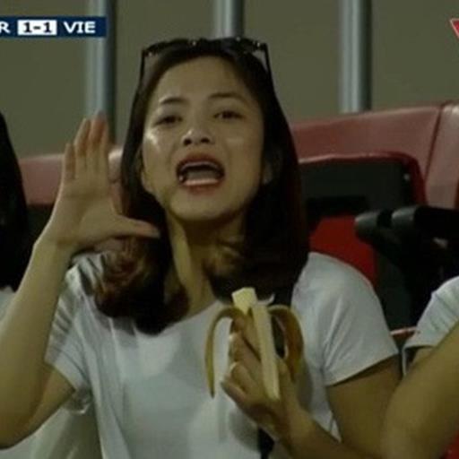 Vừa ăn chuối vừa cổ vũ: đây là cô gái sáng nhất trên khán đài trận Việt Nam - Jordan