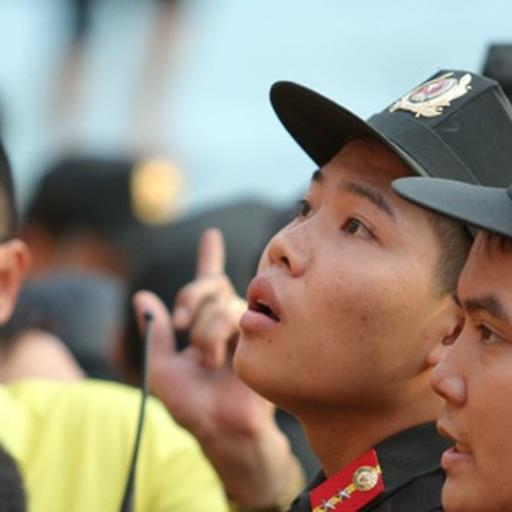 Lực lượng an ninh vất vả làm việc trên khán đài trận Hà Nội FC vs Nam Định