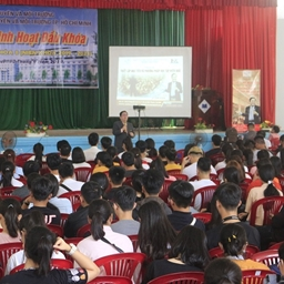 Diễn giả Lê Văn Hiển sinh hoạt đầu khóa cùng hàng trăm Tân sinh viên Đại học Tài nguyên Môi trường