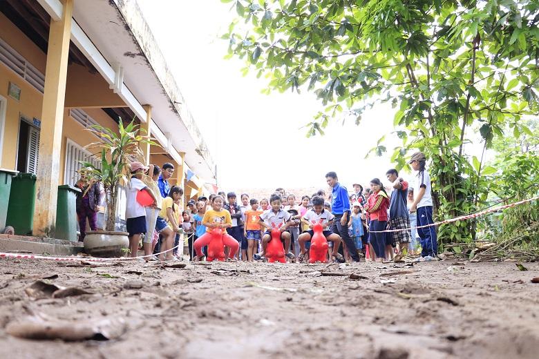 Mặt Nạ Yến Vy Chi quyên góp ủng hộ cho hàng trăm học sinh vượt khó học giỏi